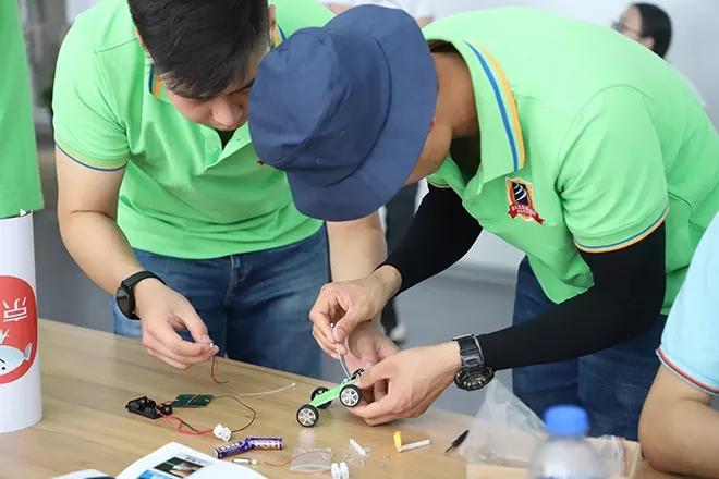 新华学子自己动手做小小机器人