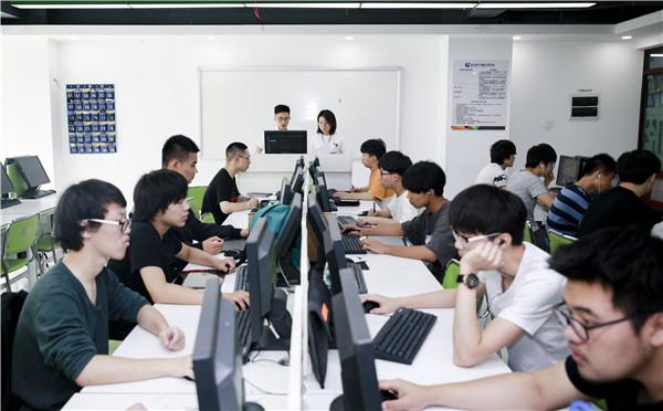 初中生读什么电脑学校好?