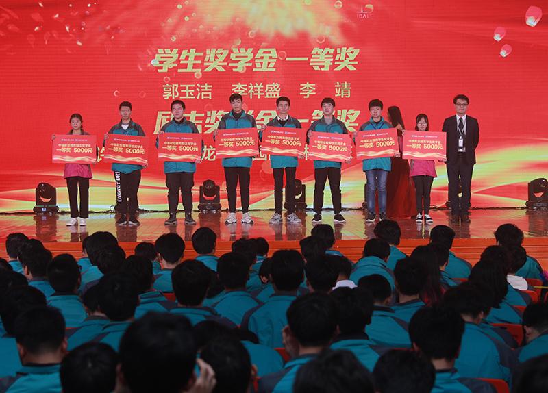新华:教育资助有政策,欢欢喜喜把学上