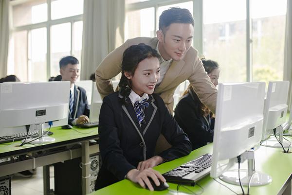 初中毕业的女孩子学什么技术好?