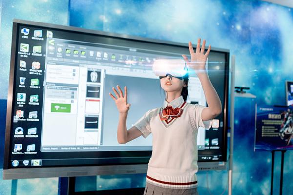 初中高生学VR新技术专业,开启新世界