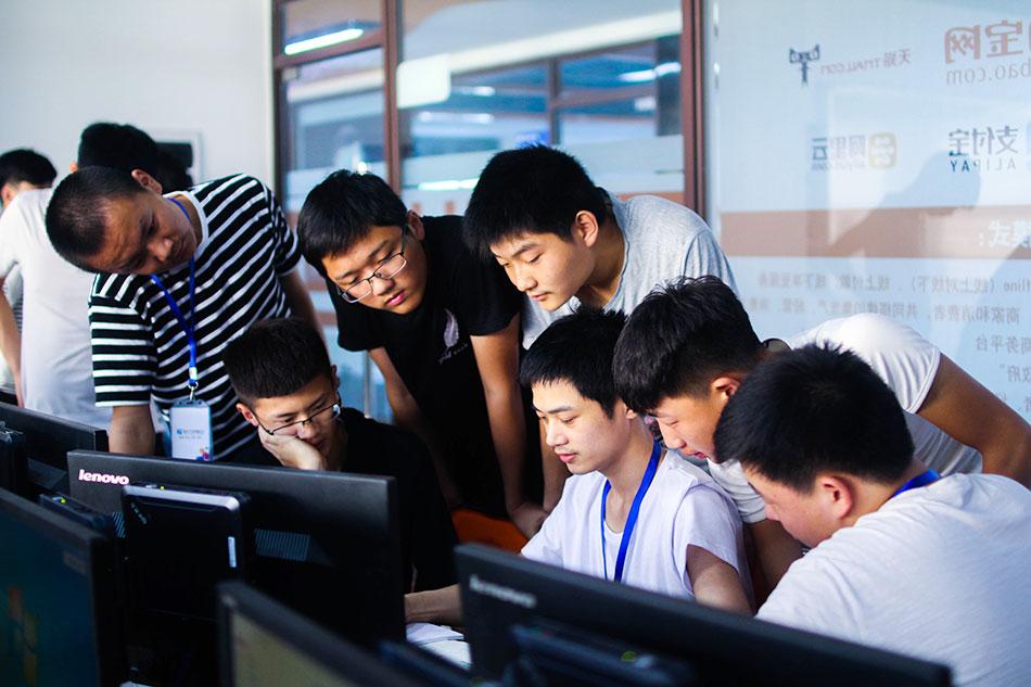 同学们共同研究遇到的问题解决方案