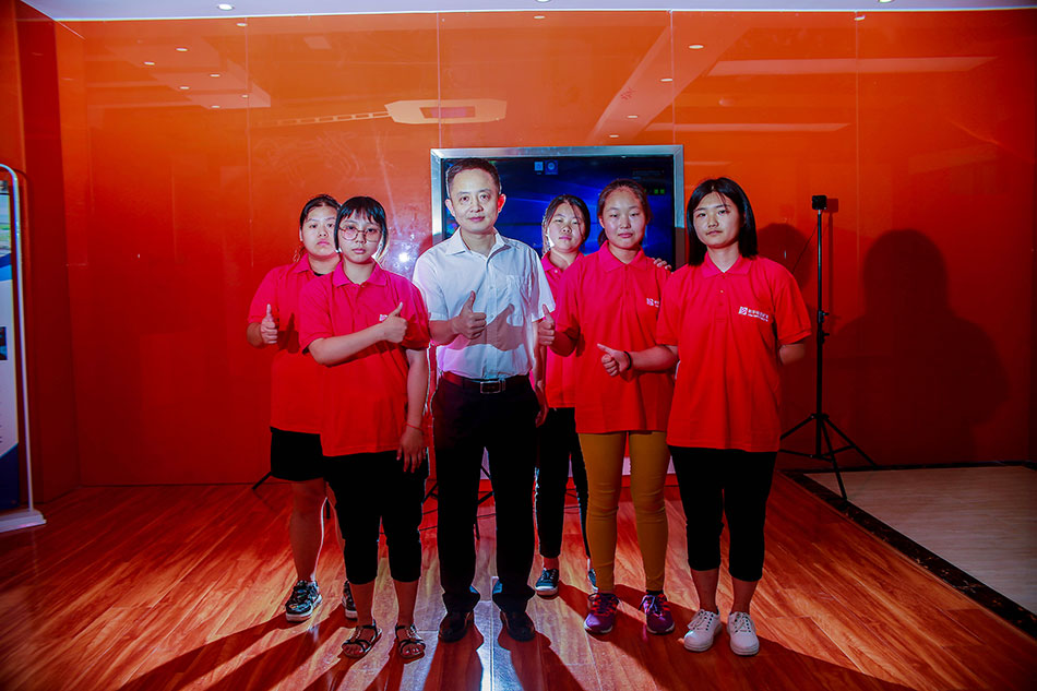 老师和学生团队合影