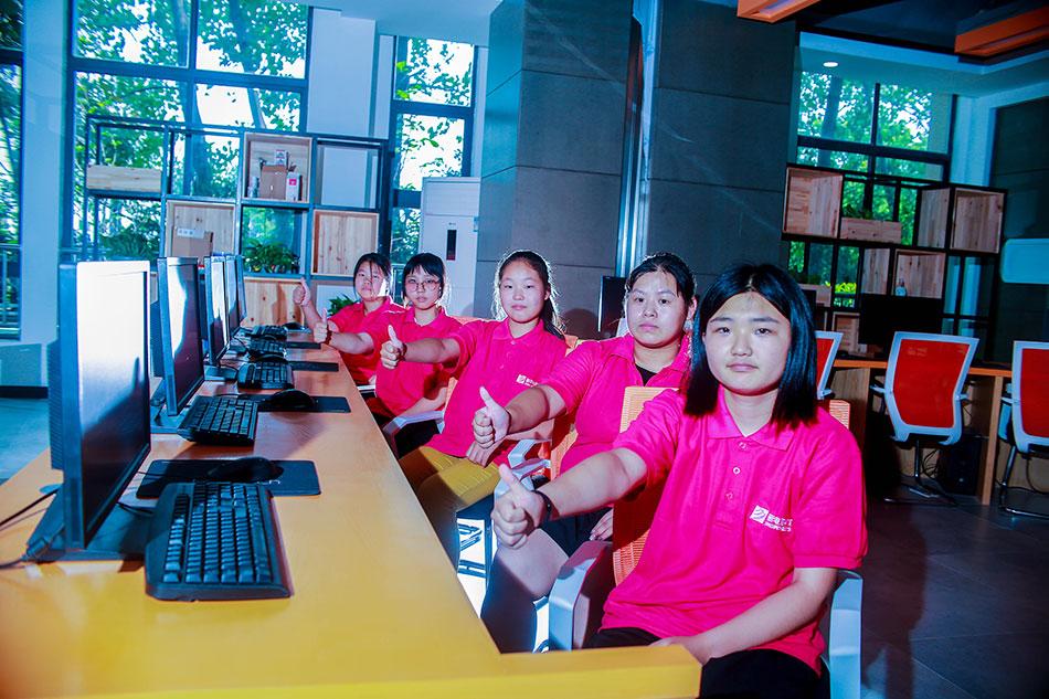 学生团队在教室实操训练