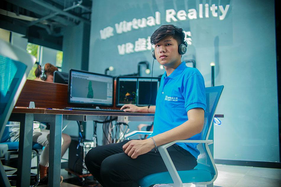 学生在VR虚拟现实中心