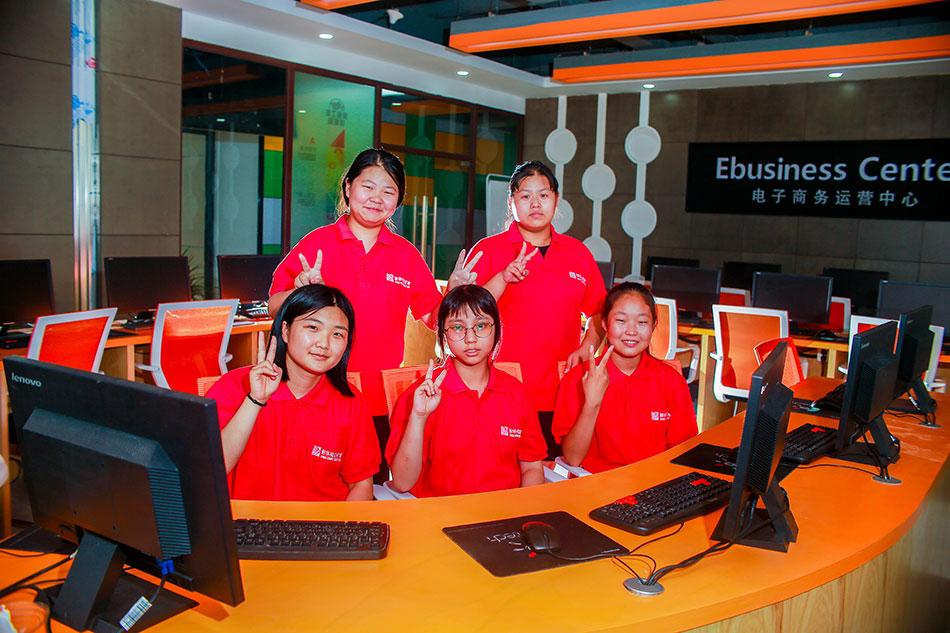 学生在电子商务创业实训中心