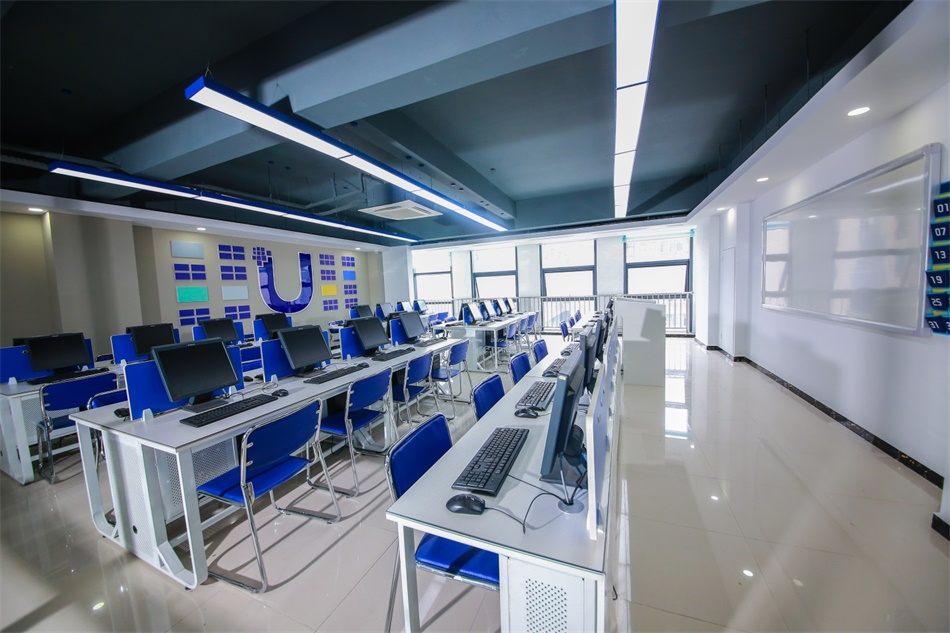 灯光明亮的新教室